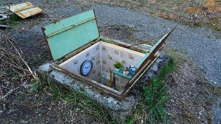 L'artista che arreda i tombini e li trasforma in mini appartamenti