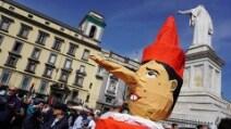 Renzi a Napoli la protesta inizia con l'ironia e finisce in scontri