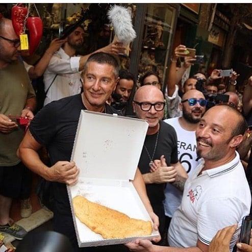 Dolce&Gabbana mangiano la pizza fritta napoletana