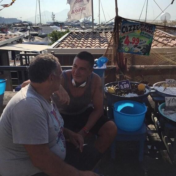 Stefano Gabbana chiacchiera con un venditore ambulante