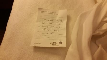 Sul letto della stanza il biglietto che indigna l'ospite