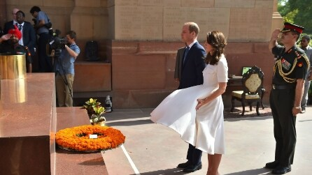 L'upskirt di Kate Middleton durante la cerimonia ufficiale in India