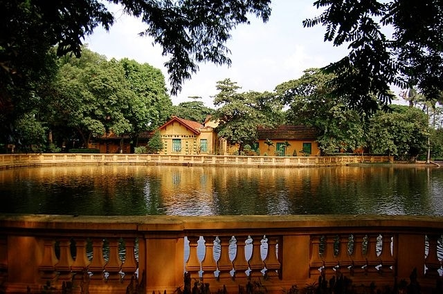 https://en.wikipedia.org/wiki/Presidential_Palace,_Hanoi#/media/File:Presidential_House_Hanoi_2803356508_5221a7a0da.jpg