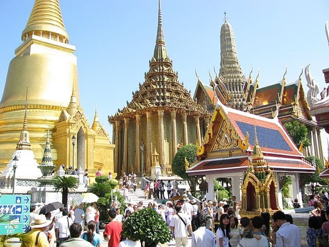 https://en.wikipedia.org/wiki/Bangkok#/media/File:Wat_Phra_Sri_Rattana_Satsadaram_07.jpg