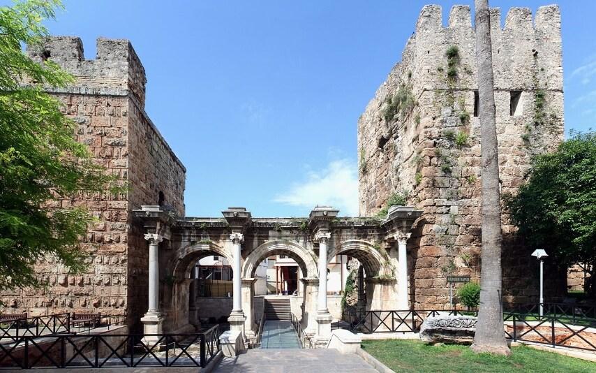 https://en.wikipedia.org/wiki/Antalya#/media/File:Antalya_-_Hadrian%27s_Gate.jpg