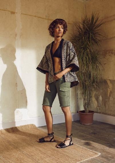 Kimono €23, bikini top €5, shorts €13, cappello €5, orecchini €1.50, sandali in pelle €16