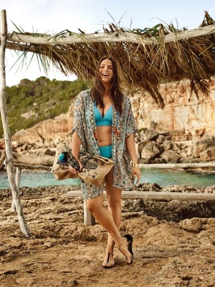 Candice Huffine in bikini per la linea Violeta di Mango