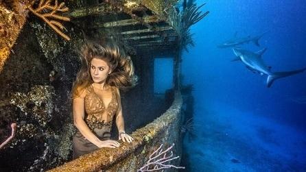 Karina, la modella che posa con gli squali