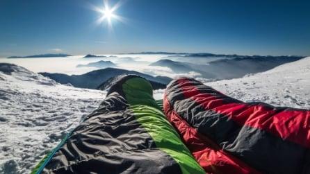 Fanno le valigie e vanno a dormire sulla cima della montagna: le immagini mozzafiato