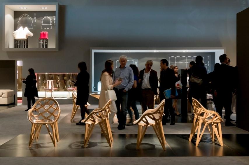 """La nostalgia nel design si declina secondo due diversi aspetti: da un lato assistiamo al fenomeno delle riedizioni che riporta alla luce capolavori del passato senza tempo come la straordinaria poltrona """"CH 22"""", disegnata da Hans J. Wegner nel 1950, che viene rieditata nel 2016 da Carl Hansen & Søn."""