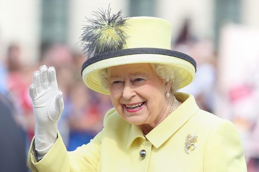 I cappelli più strani della regina Elisabetta  90 anni in 90 copricapo  originali 412153a2efac