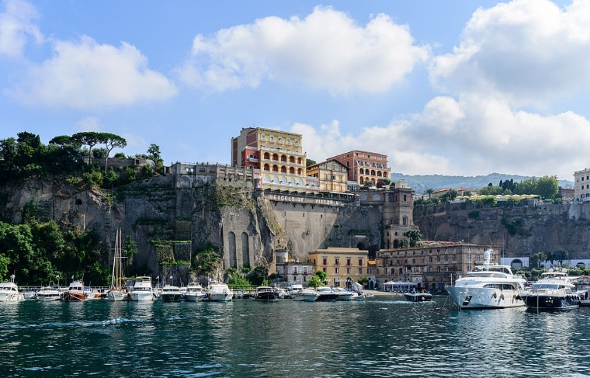 https://commons.wikimedia.org/wiki/File:Ferry_and_yacht_port_of_Sorrento_-_Campania_-_Italy_-_July_12th_2013_-_03.jpg