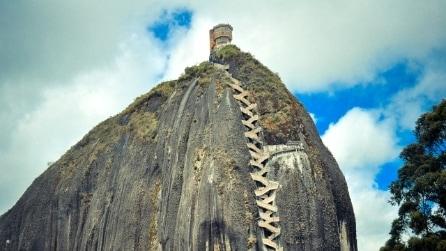 È una scalinata da brividi ma la vista in cima vale la fatica