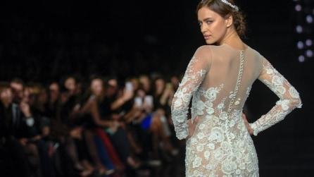 Irina Shayk con l'abito da sposa in passerella: trasparenze mozzafiato