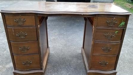 Compra una vecchia scrivania al mercato delle pulci e guardate come riesce a trasformarla