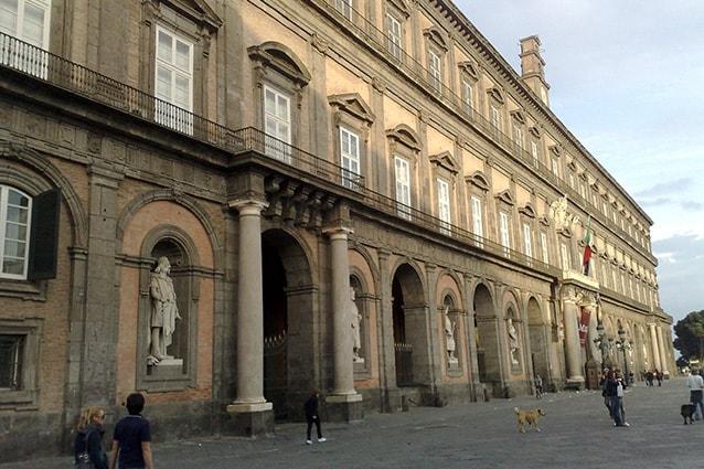 Entrata da piazza del Plebiscito a Napoli.
