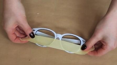Mette il nastro adesivo sulla montatura: il risultato è molto originale