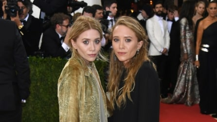 Neppure un sorriso sul red carpet: le espressioni serie delle gemelle Olsen al Met Gala