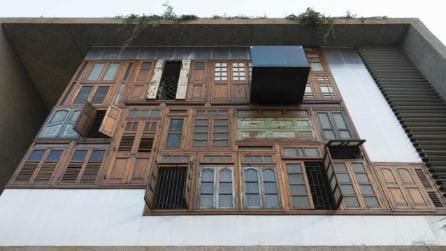 Riciclano porte e finestre per la facciata della propria casa: il risultato è incredibile