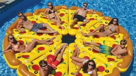 Arriva il materassino a forma di pizza per un'estate divertentissima