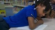 La piccoola studentessa senza mani vince un concorso di calligrafia