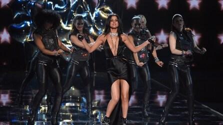 I look di Selena Gomez sul palco