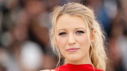 Blake Lively in dolce attesa sfoggia un look rosso fuoco al Festival di Cannes