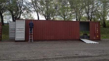Acquista un vecchio container e lo trasforma in una lussuosa casa