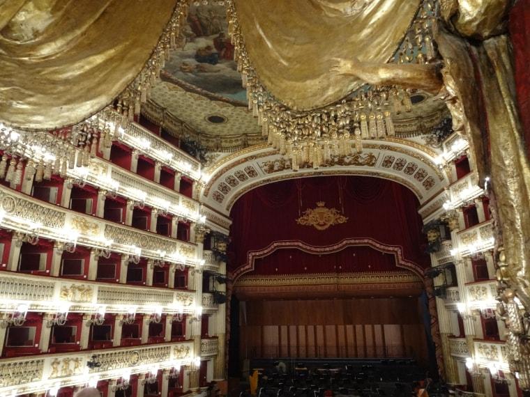 «Gli occhi sono abbagliati, l'anima rapita. […] Non c'è nulla, in tutta Europa, che non dico si avvicini a questo teatro, ma ne dia la più pallida idea.» (Stendhal, Roma, Napoli e Firenze nel 1817)