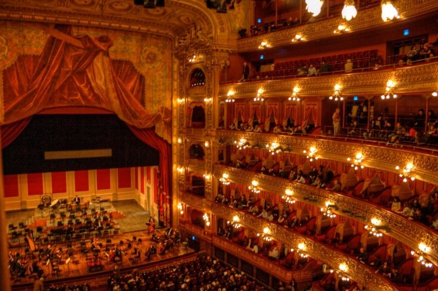 Ha accolto gli artisti internazionali più importanti ed è un vanto per la società argentina. Gli interni sono caratterizzati da vari stili architettonici ripresi dai teatri europei.