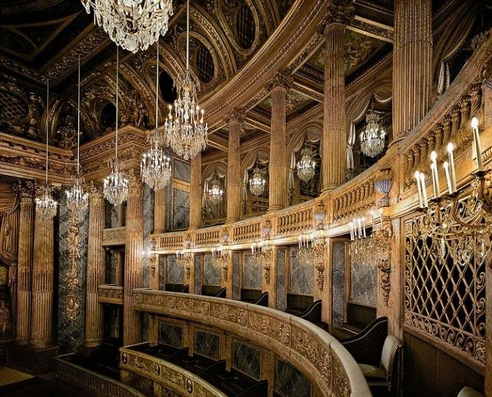 Si trova all'interno della Reggia di Versailles ed utilizza il legno in modo intelligente facendolo assomigliare al marmo. Rompendo con i teatri di tradizione in stile italiano, è sormontato da un ampio colonnato che sembra estendersi all'infinito grazie ad un gioco di specchi.