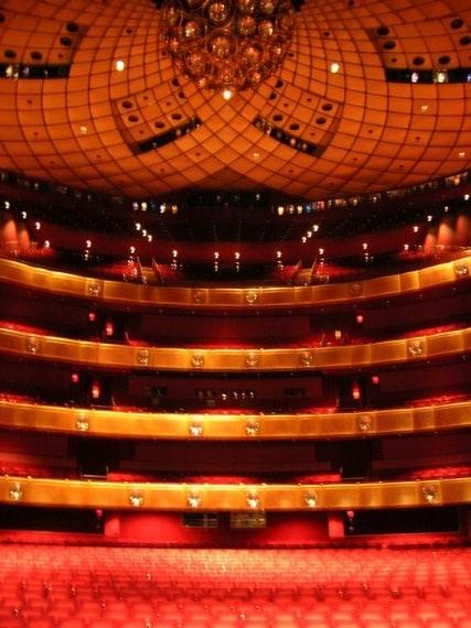 Eccelle non solo per il repertorio classico proposto ma per l'innovazione delle opere eseguite, spesso provenienti dal Met.