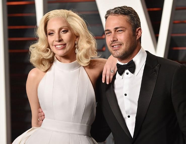 Ricorda un po' gli anelli tanto amati dalle bambine, l'anello di fidanzamento che Taylor Kinney ha regalato a Lady Gaga. In realtà questo ninnolo a forma di cuore è un diamante puro da 6 carati firmato Lorraine Schwartz