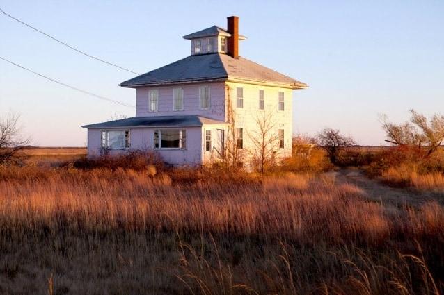 """Nel 1925, una donna aveva accettato di divorziare dal marito a condizione che le costruisse un duplicato esatto della casa che condividevano in città. Lei non aveva specificato dove la casa dovesse andare. Così la casa fu costruita dove lei avrebbe causato la minor infelicità: da sola, lontana da tutto, senza acqua corrente fresca. Il termine per questa costruzione è """"casa del dispetto."""""""