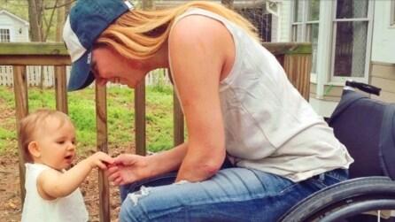 È sulla sedia a rotelle, ma non rinuncia ai suoi sogni: insegna alla sua bimba a camminare