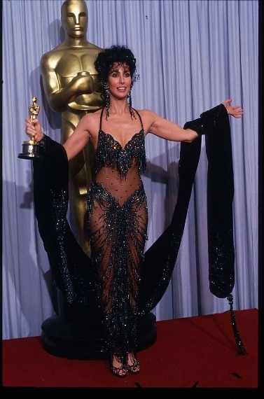 """La cantante indossò questo vestito in occasione degli Oscar del 1988, in cui fu premiata come miglior attrice protagonista per """"Stregata dalla luna"""""""