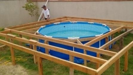 I figli vogliono la piscina e il papà trova questa soluzione geniale