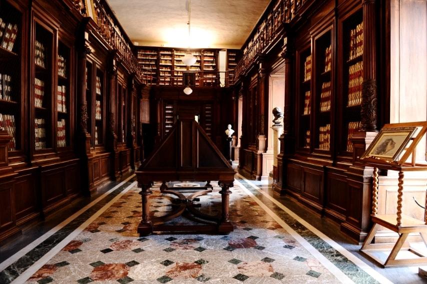 In pochi sanno che all'interno della Biblioteca Nazionale Vittorio Emanuele II di Napoli, un'intera ala è costituita dalla Collezione Lucchesi Palli.