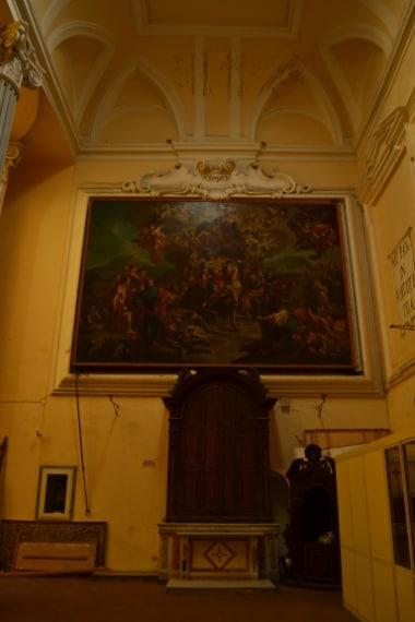 """Il coro della chiesa di San Giorgio Maggiore, una delle quattro chiese principali della città, nasconde un segreto: dietro l'enorme quadro di 40 metri quadrati che raffigura """"San Giorgio che uccide il dragone"""" si nasconde un affresco con lo stesso soggetto."""