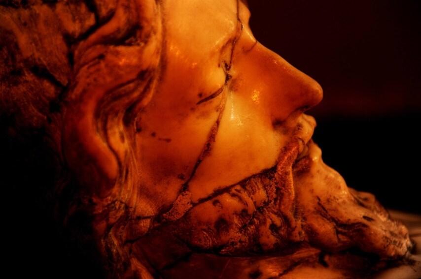 Durante un incendio nella chiesa il Cristo si staccò dalla parete e precipitò al suolo finendo in mille pezzi. Il restauro è stato difficile e complesso ma oggi è possibile di nuovo ammirare la