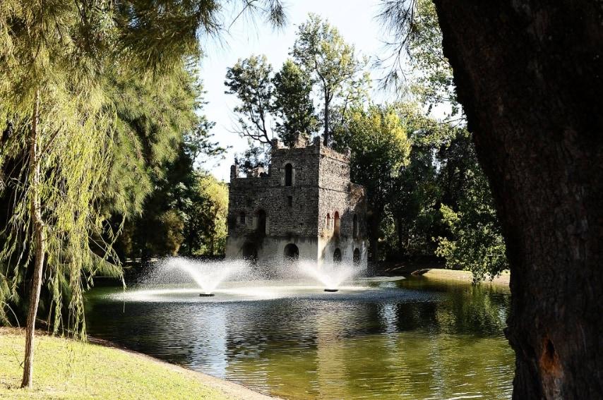 """Non sembra di trovarsi a Napoli a chi visita questo particolare spazio all'aperto all'interno della Mostra d'Oltremare. Il Laghetto Bagno di Fasilides è la ricostruzione fedele del castello di """"Gondar"""" e della sua piscina, originari della città imperiale di """"Facil Ghebbì"""" in Africa."""