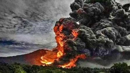 Colonne di cenere e lava in cielo: la spaventosa eruzione del Sinabung in Indonesia