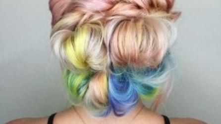 Tie dye hair: il trend multicolor