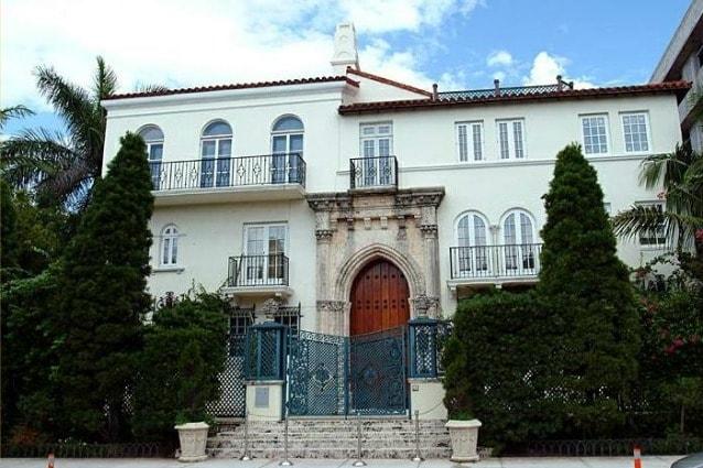 Questa era la villa di Gianni Versace a Miami Beach, davanti alla quale fu assassinato il 15 luglio del 1997 con diversi colpi di pistola per mano del pazzo omicida Andrew Phillip Cunanan. Qualche giorno dopo l'omicidio di Versace, Cunanan fu trovato morto in uno yacht suicidatosi con la stessa pistola usata per lo stilista.