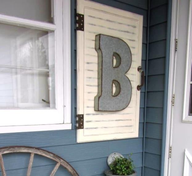È possibile usufruire delle stesse cerniere per attaccare un'anta in questo modo fuori la casa, con le vostre iniziali