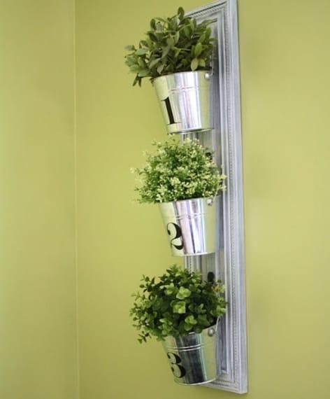 Un altra idea creativa è quella di attaccare l'anta ad una parete e appendere le vostre fioriere