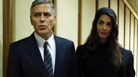 Amal Clooney elegantissima all'incontro con Papa Francesco