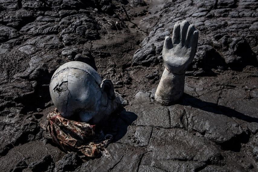 A differenza di un normale vulcano, quello di Sidoarjo erutta argilla e acqua, e nonostante la più grande colata si sia verificata dieci anni fa, ancora oggi si hanno fuoriuscite dal terreno.