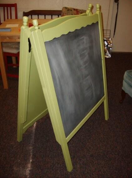 Le spalliere della culla trasformate in una lavagna: può essere utile in cucina per annotare il menù o altro.