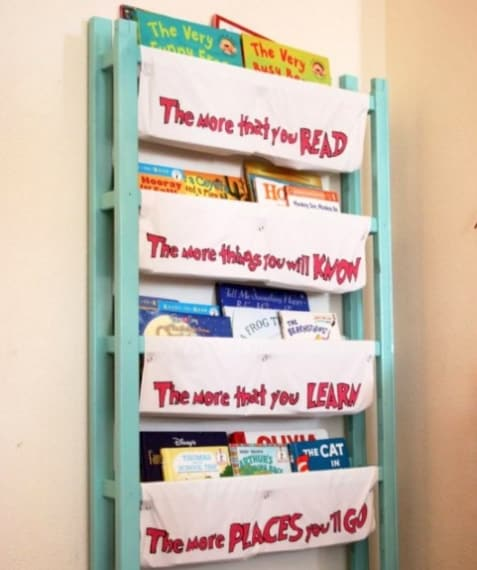 La culla trasformata in uno scaffale porta libri.